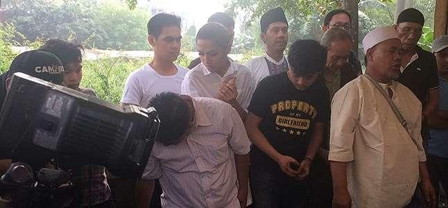 Millendaru Keponakan Ashanty Turun ke Liang Lahat Menguburkan Sang Ayah