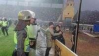 Di Bawah Hujan, Polisi Rangkul Bobotoh yang Berduka Usai Kekalahan Persib