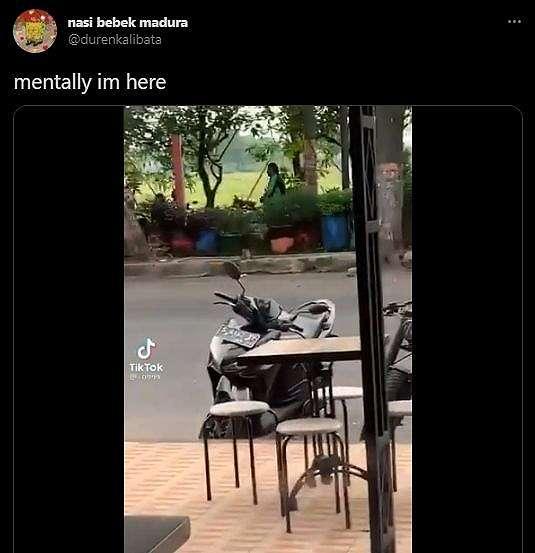 Dua Driver Ojol Tercyduk Asyik Main di Taman, Malah Bikin Netizen Terharu